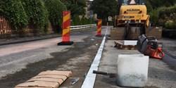 Arbetet pågår med installationen av konstverket Marmorlinjen