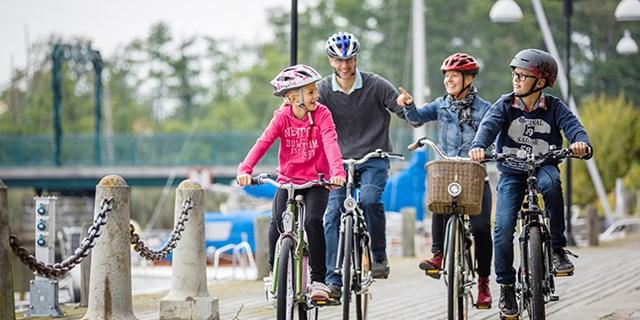 Familj som cyklar