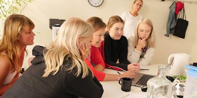 Under två veckor läste ungdomarna på om tobak och tobakens negativa effekter. Här träffar ungdomarna Anneli och Karin på Maria Skåne nordost för att lära sig mer om cannabis och andra droger.
